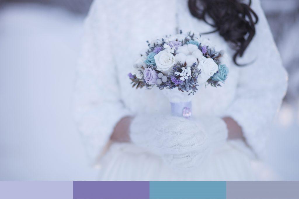 Bouquet lilla e turchese per un matrimonio sulla neve
